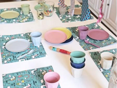 Idée de déco d'anniversaire zéro-déchet utilisant la location de vaisselle du kit Dinette