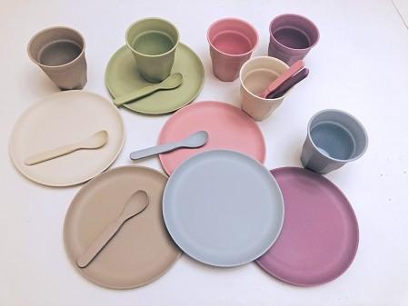 Détail des couleurs de vaisselle inclues dans le kit Dinette à louer sur Dinette ZD