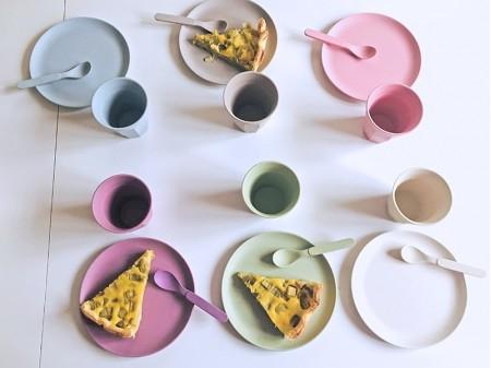 Table d'anniversaire décorée avec la vaisselle écolo du kit Dinette | Dinette ZD, location de vaisselle zéro-déchet
