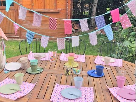 Exemple de table d'anniversaire zéro-déchet décorée avec la vaisselle louée du kit Dinette